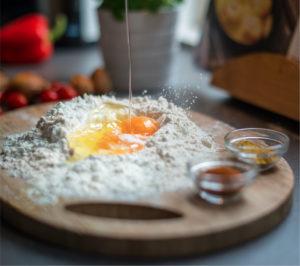 Primero... Mezclá en un bowl la harina con la leche, el aceite, la sal y las semillas. Amasá hasta obtener una masa lisa y dejá descansar durante 30 minutos en la heladera.
